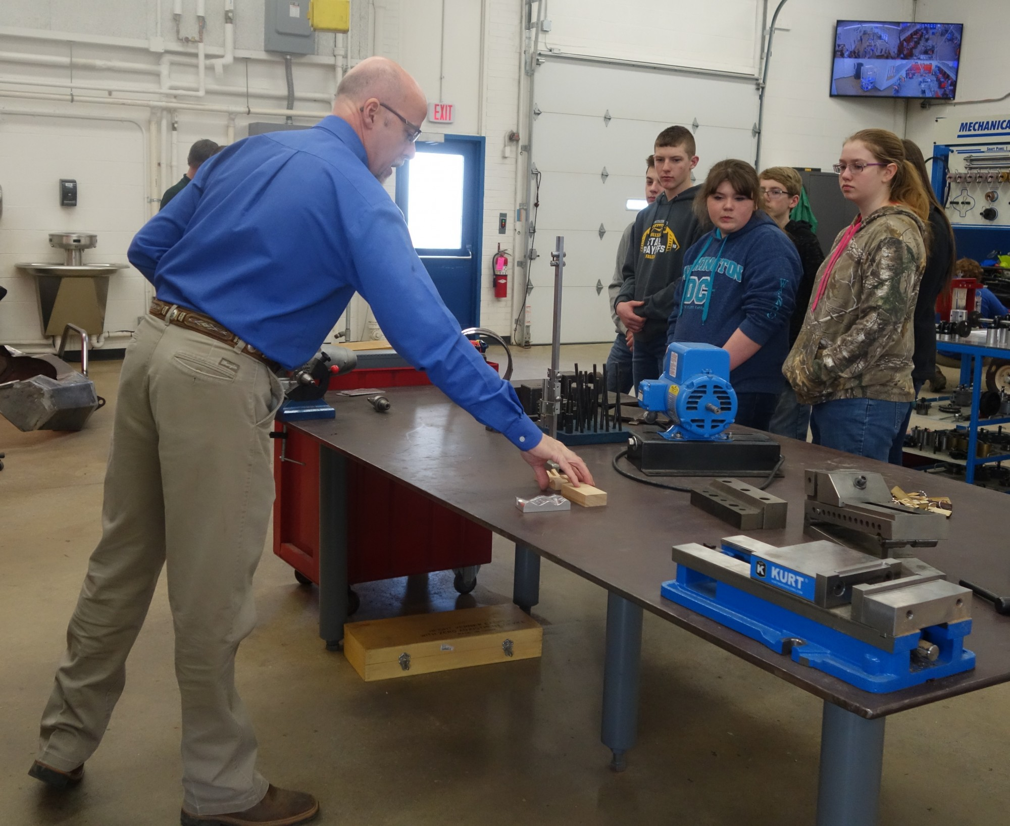 RAM instructor talks with visiting 8th graders.